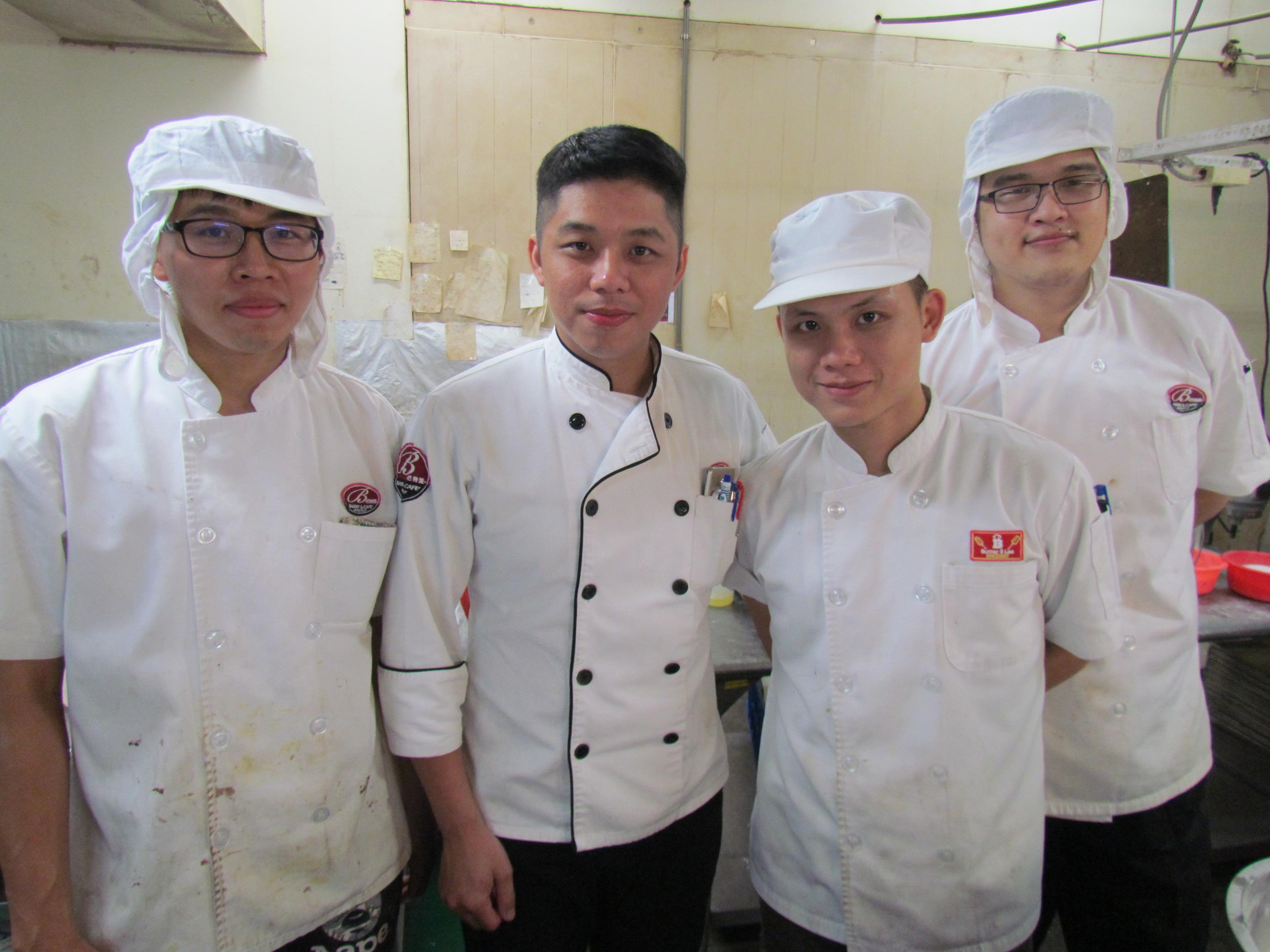 陳瑋奕(左二)透過勞動部「青年就業旗艦計畫」學會部門管理後,成巴特里食品公司歷年來最年輕廠長。