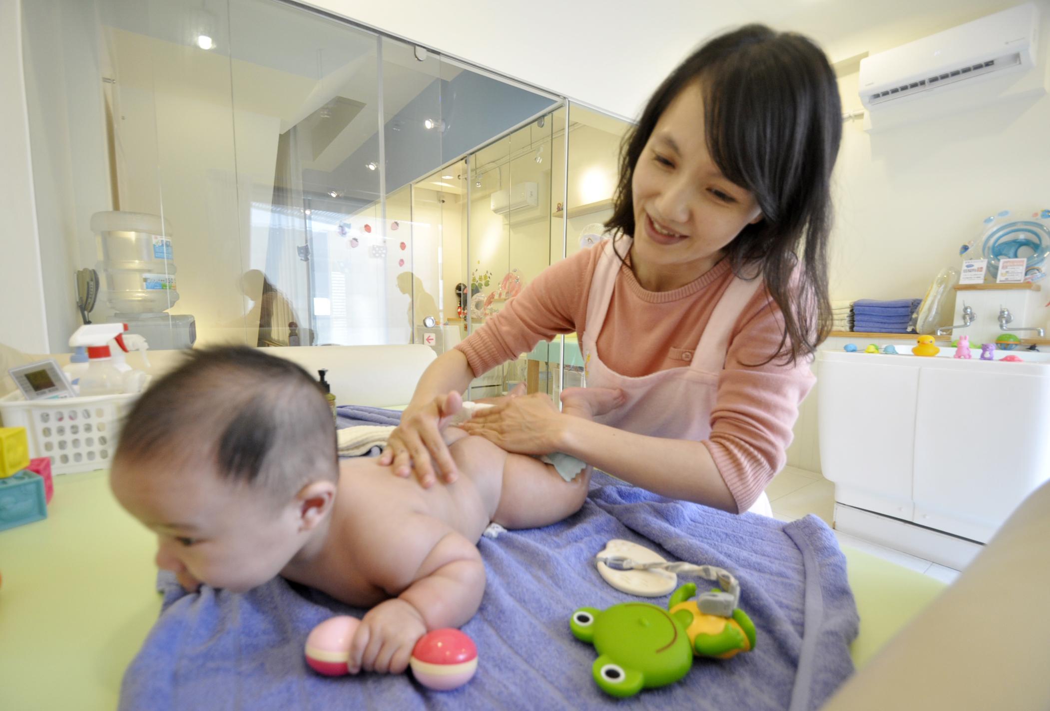 ▲曾是公部門社工師的陳冠瑾,為了多陪伴家人選擇創業,樂當嬰兒按摩師。