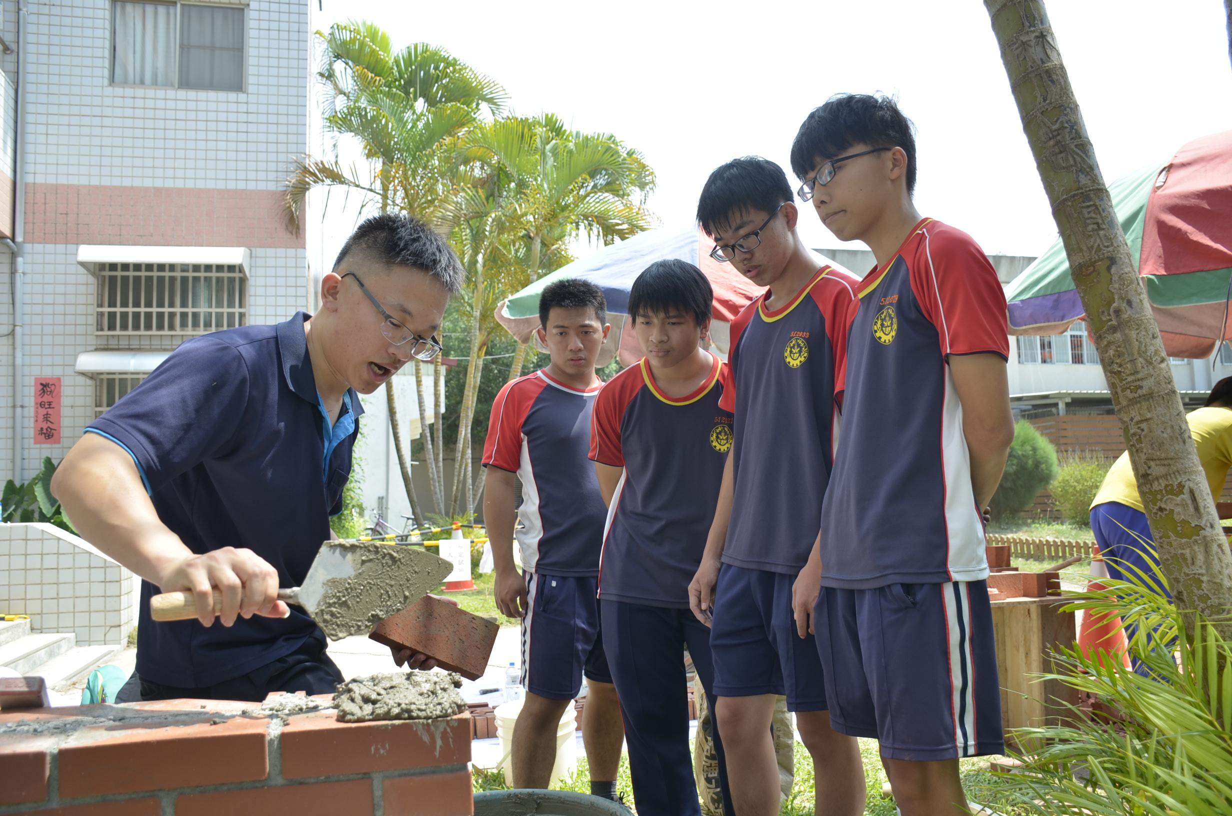 ▲砌磚國手周承誼指導學生磚塊疊砌。