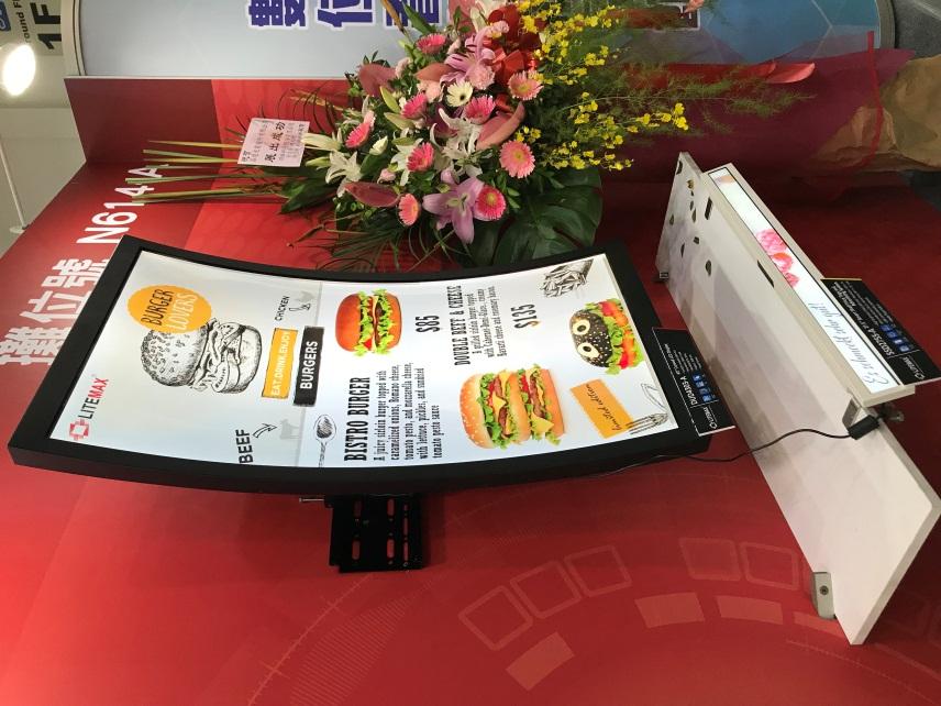▲晶達光電於「Touch Taiwan 2018」展示曲面顯示器、特殊尺寸長條顯示器於智慧零售場域應用情境。