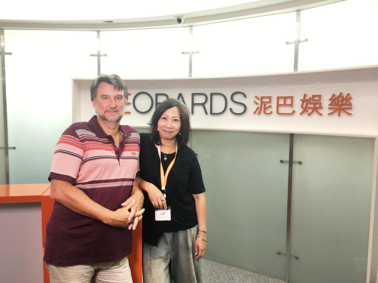 ▲泥巴娛樂執行長Jean-Marc MOREL(左)和營運長林蓓心(右)於公司前合影
