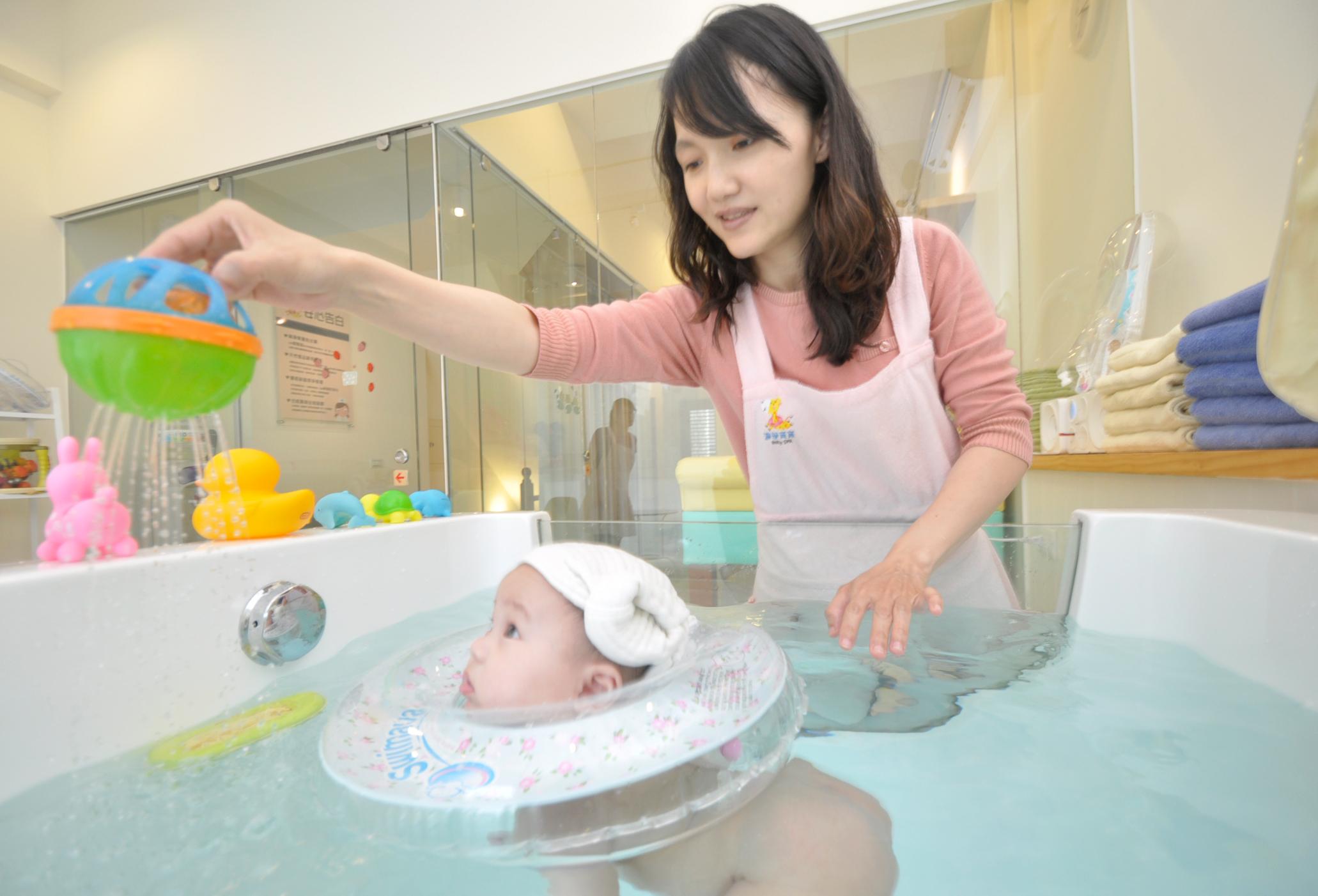 ▲嬰兒SPA課程夯,寶寶透過按摩、游泳、沐浴、護膚等步驟,能減少哭鬧、強化感統能力。