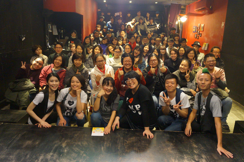 圖/勇氣即興劇場 團長吳效賢(右三)和演員與觀眾合影