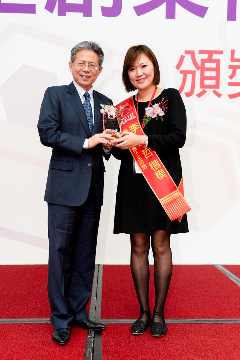 「凱恩外婆親子生活館」負責人李佳哲(右)107年獲選為微型創業楷模。