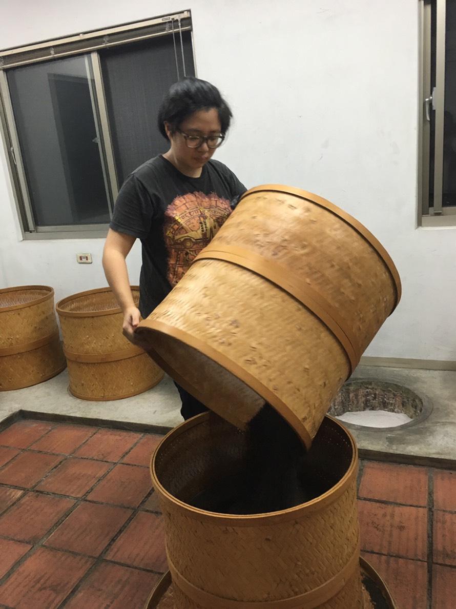 「張協興茶行」第三代的張群承接祖父及父親優異的製茶技術及經驗,培力成製茶生力軍。