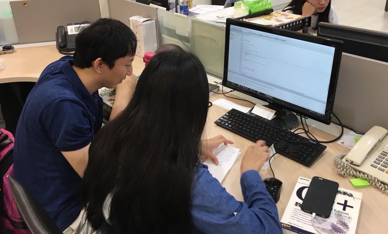 青年就業旗艦計畫學員田鈺彤(右)在職場導師的教導下,以 MCU 平台進行基本實作練習。