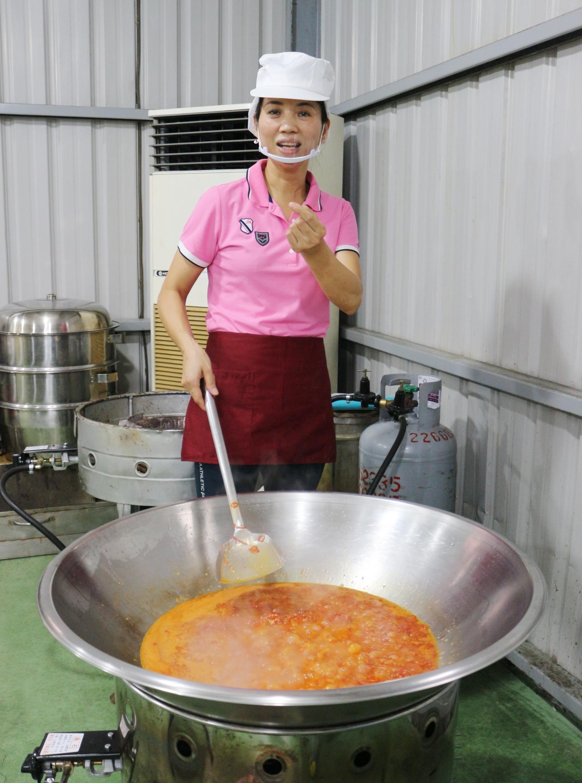 ▲張艷君用臺灣在地食材做丁香干貝醬,洗烘拌炒不馬虎。