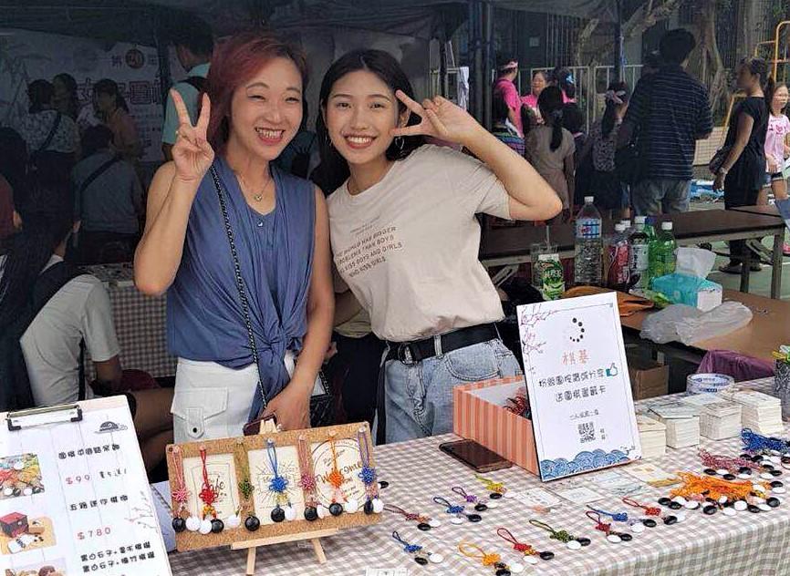 ▲阮玟蒨(右)參加「第20屆全國女子圍棋公開賽」時展售自製作品。