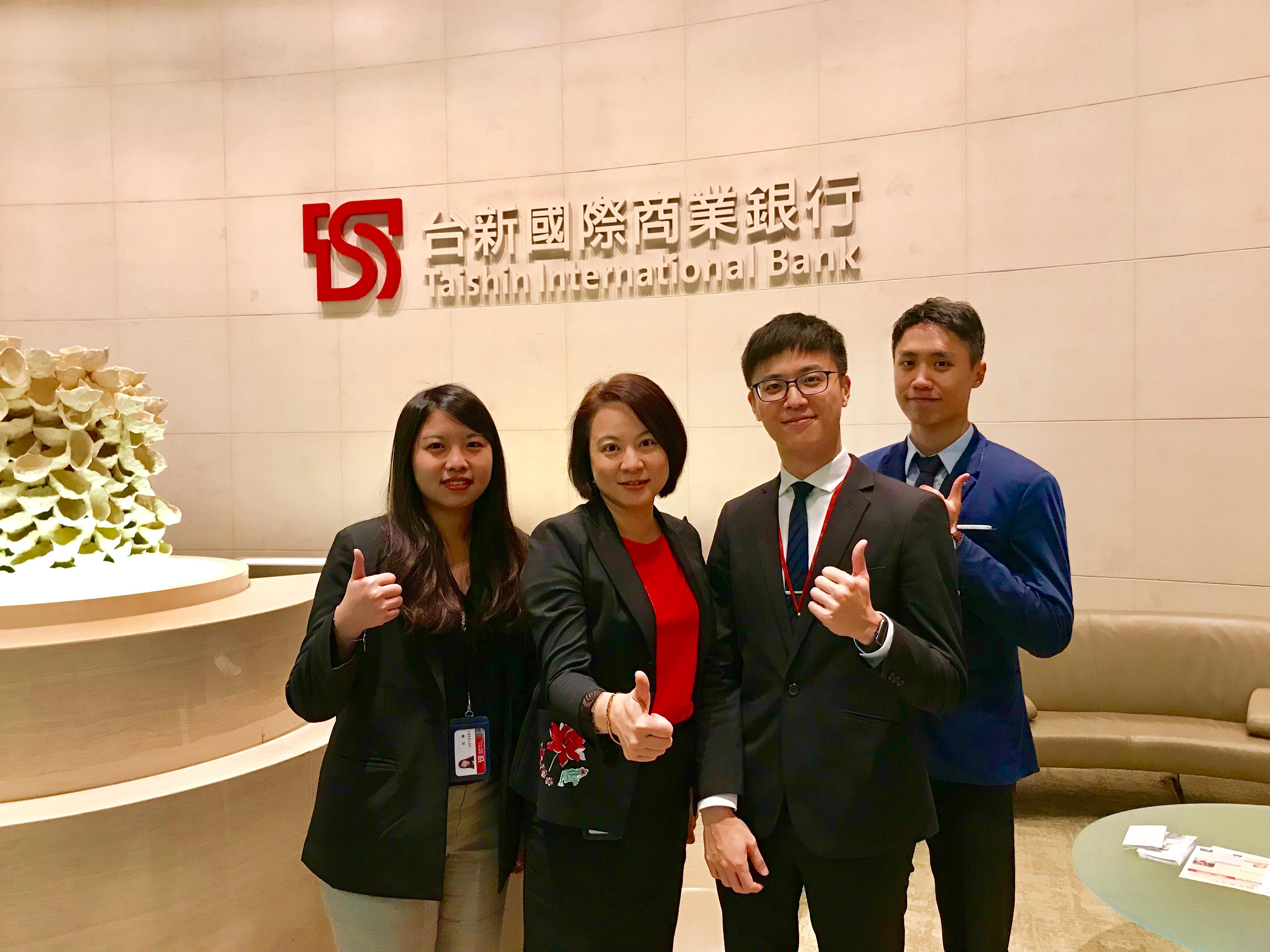 台新銀行人力資源處經理廖純綺(左二)與人資部團隊共同合影。