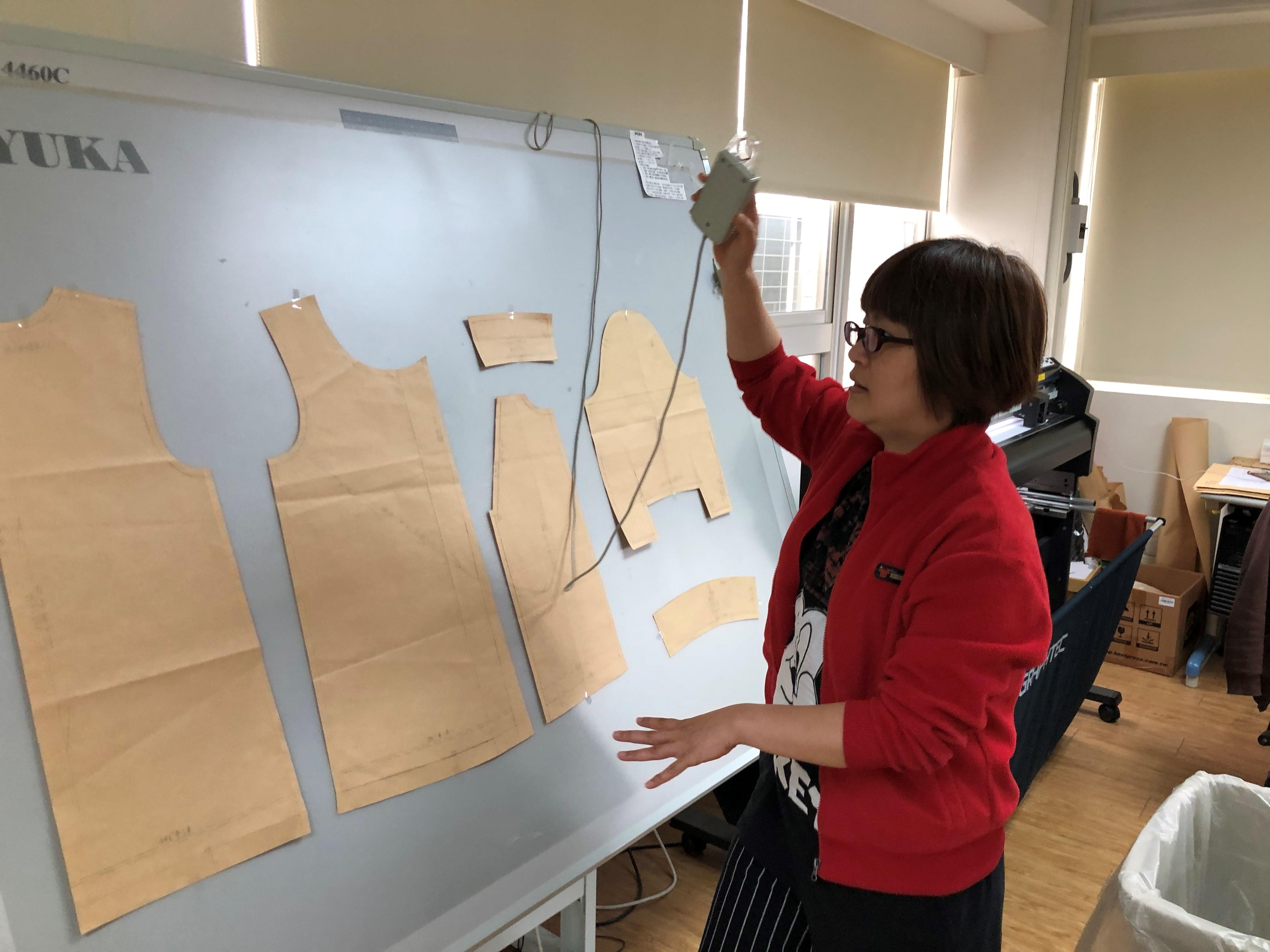 ▲曾月廷使用創客基地YUKA打版做出服飾樣板