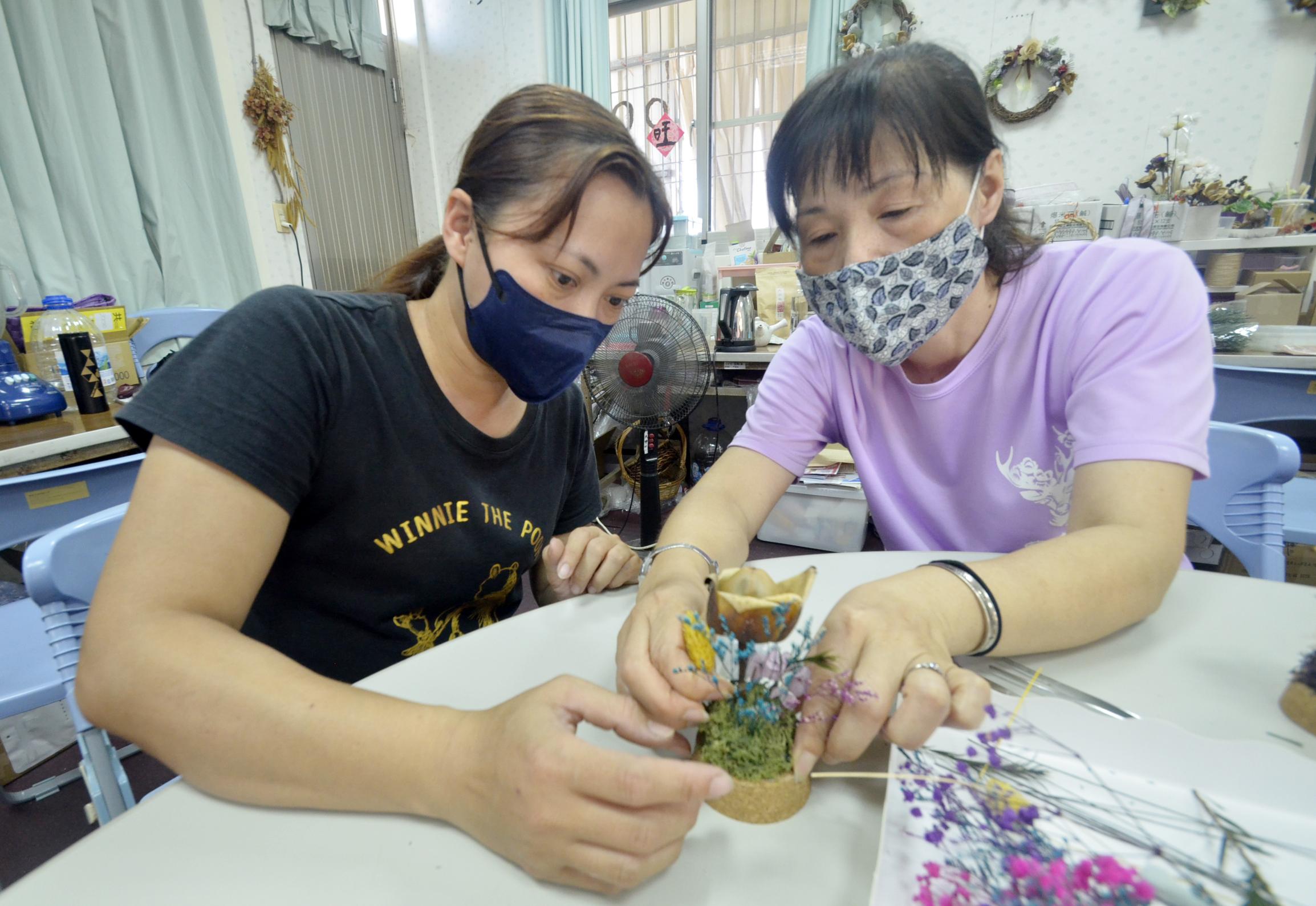 侯美珠(右)帶著民眾進行木玫瑰DIY體驗。