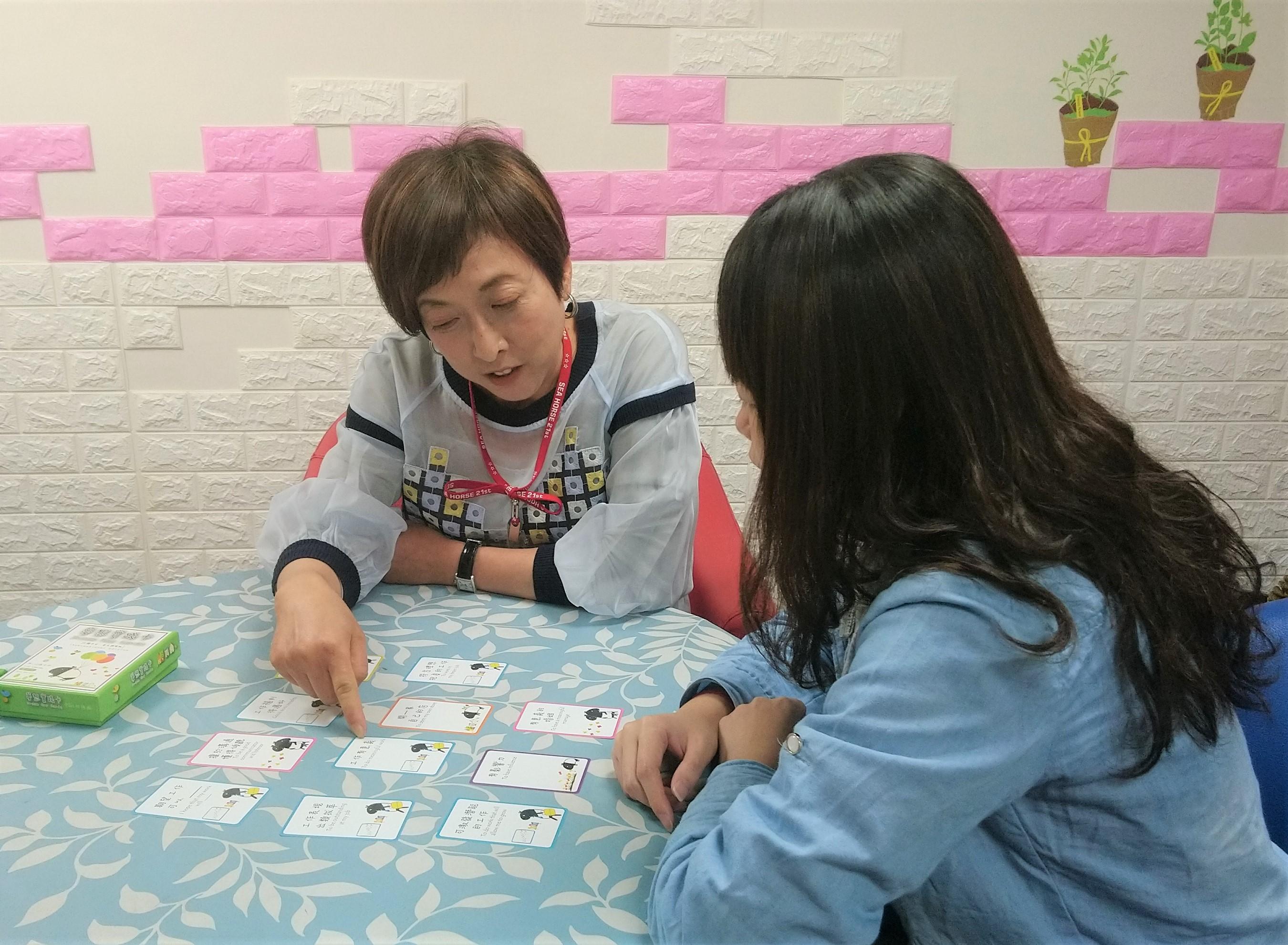駐點輔導老師運用夢想實踐卡找出青年的價值與目標(非個案本人)