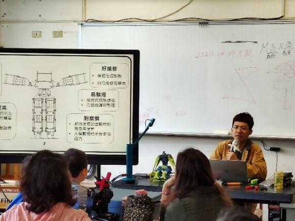 ▲人形機器人課程,蔡昇恩與學員進行課程解說