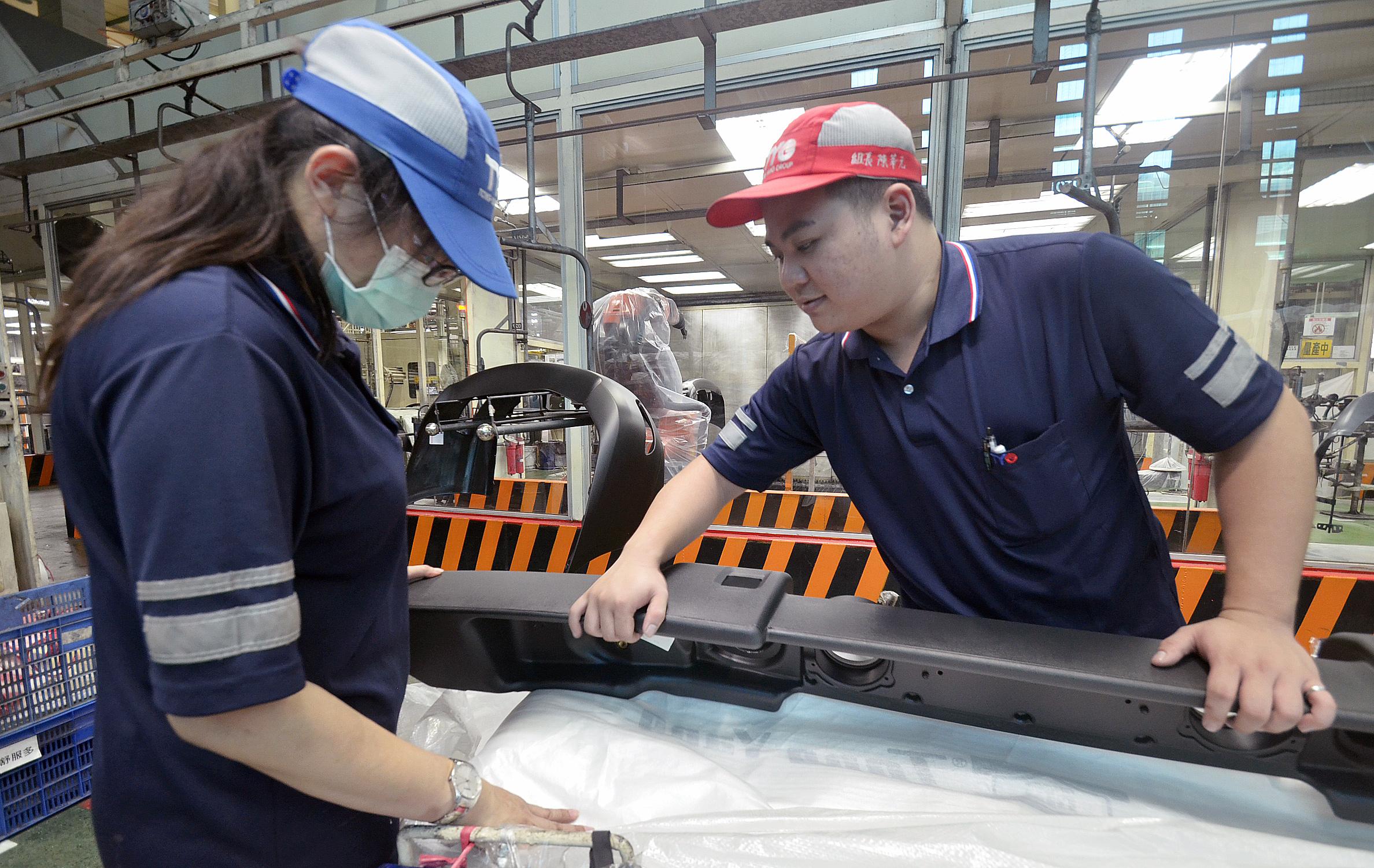 86年次的陳莘元參加雙軌計畫表現優異,畢業工作半年後就晉升製程部門組長,管理20多名員工。