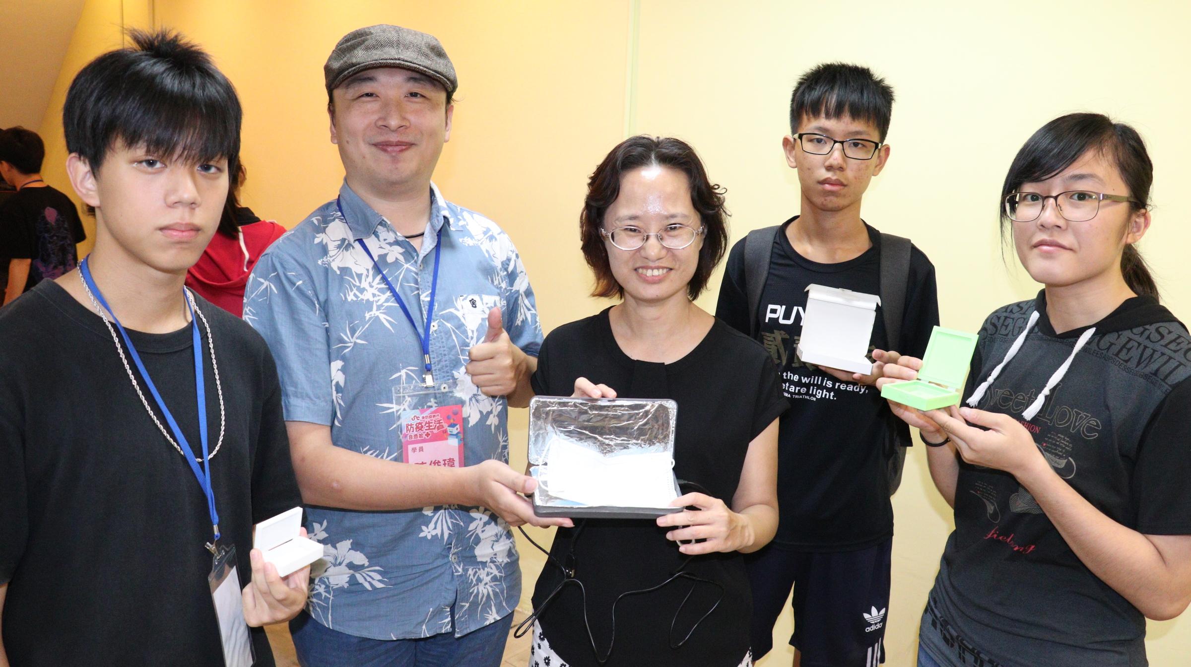 ▲創客陳俊瑋(左2)、林芯維(右1)與孔祥宇(右1)、何彥慶(左2)製作迷你殺菌盒,副分署長許慧香(中)肯定