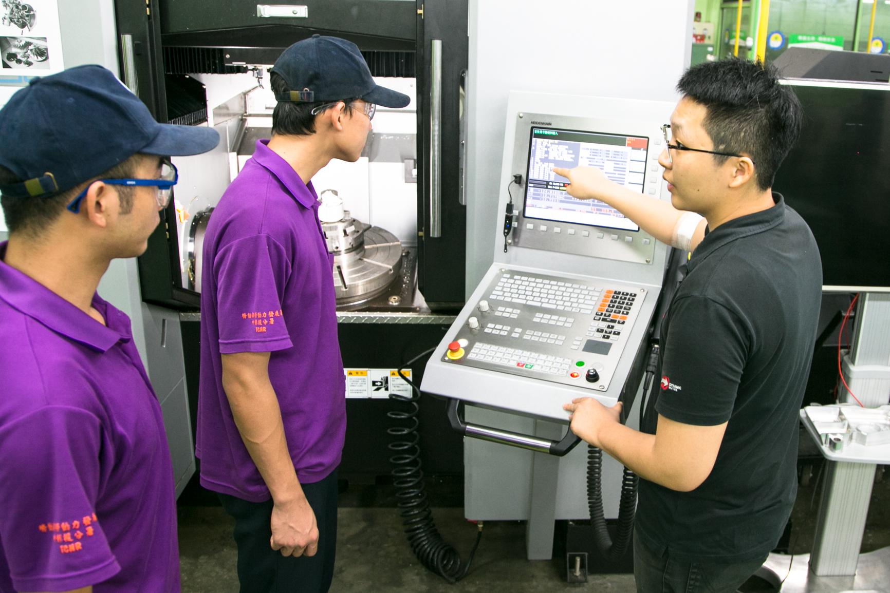 ▲中彰投分署訓練師於精密機械課程對學員解說五軸加工機操作方式