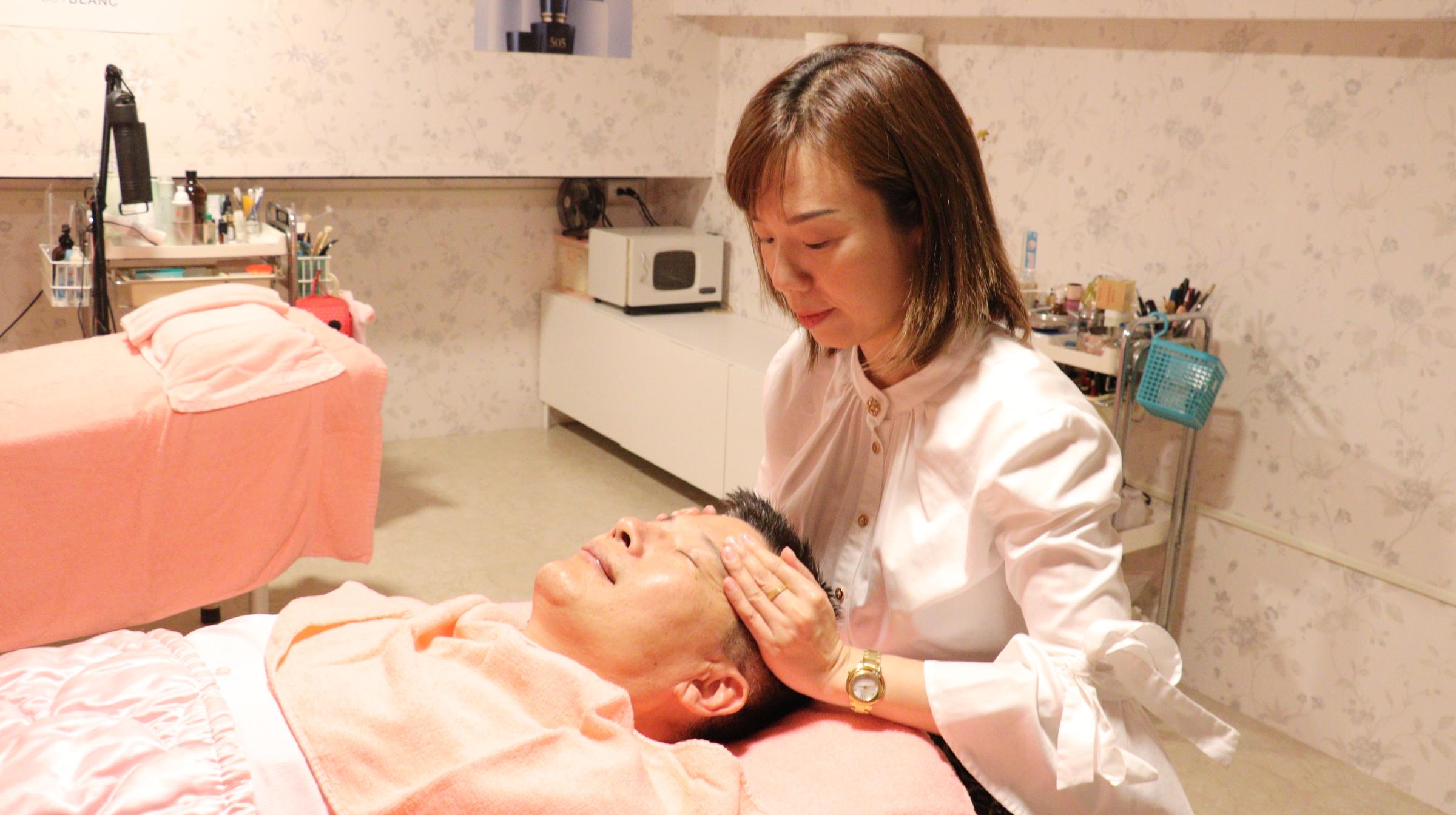 ▲2-美容師阮理厚示範美容,雲嘉南分署長劉邦棟體驗後相當肯定