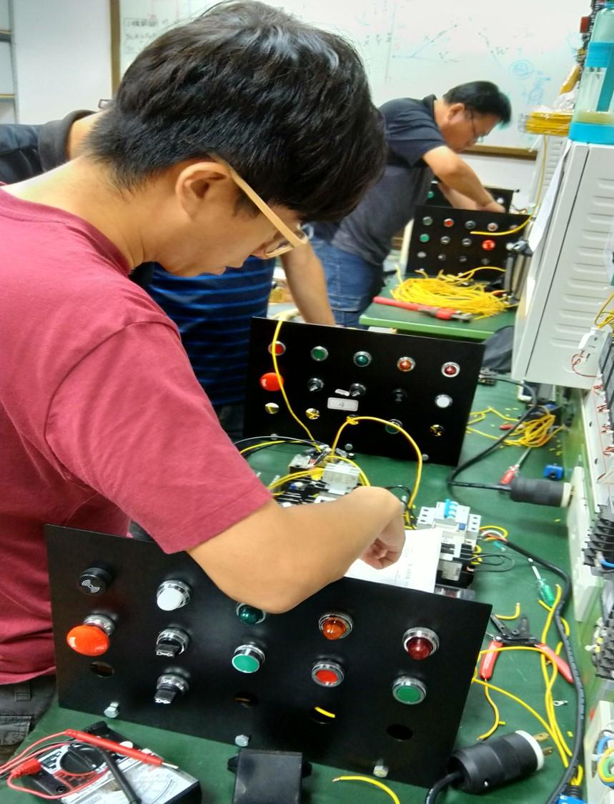 ▲南分署-學員進行配線作業並測試線路是否正常運作