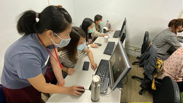 暐婷(左2)於課程中接受專業技術訓練。