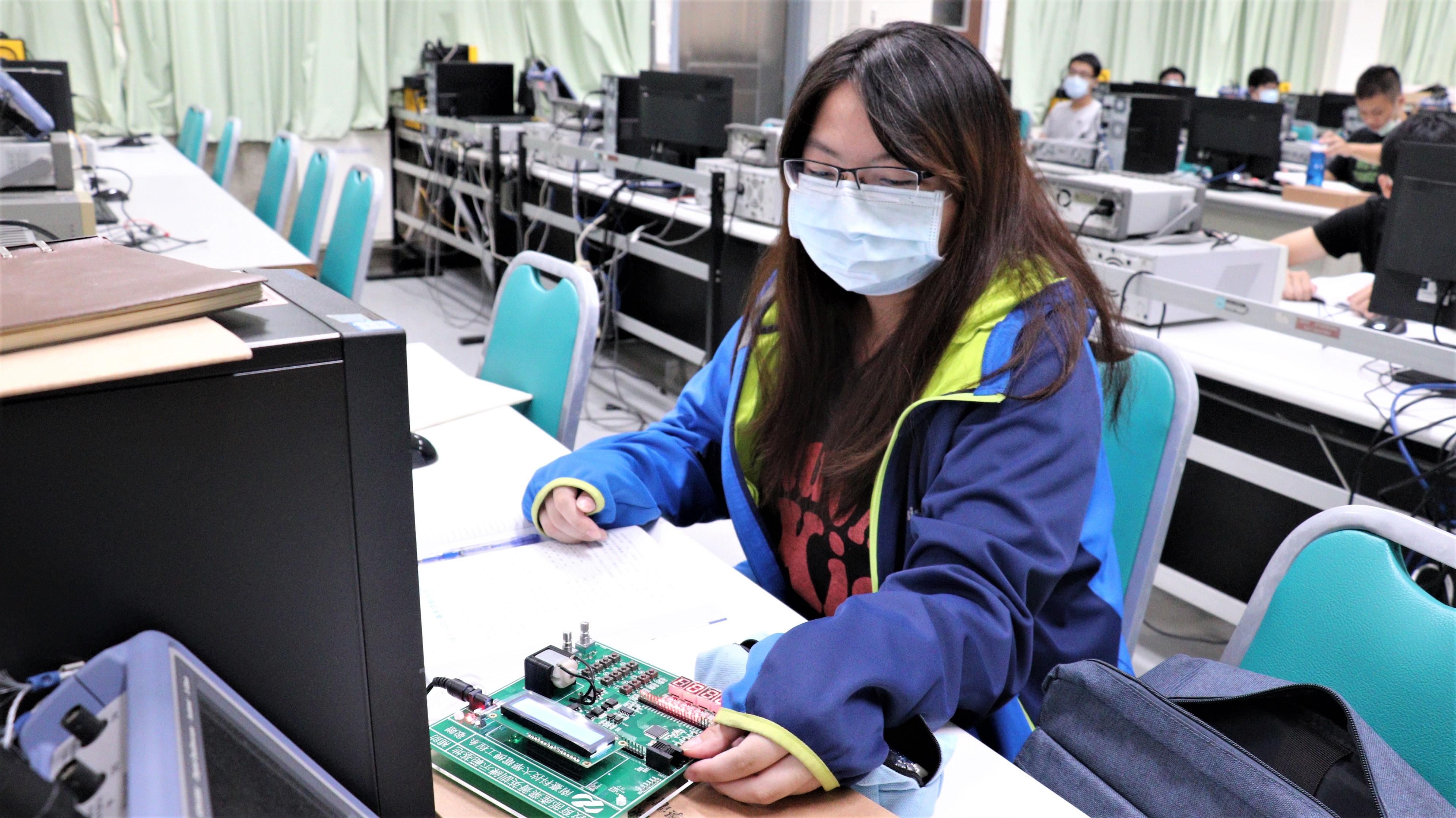 ▲產業新尖兵學員林姵如參加電力電子課程,找到就業方向