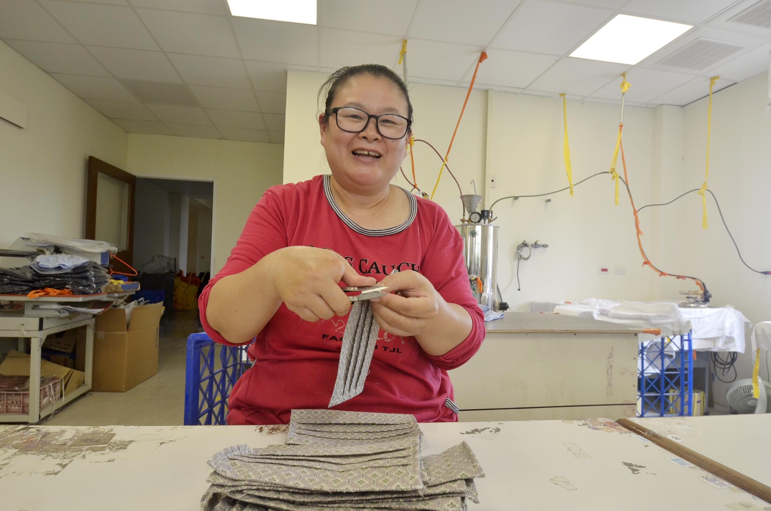 ▲52歲單親媽媽何麗娟,透過僱用獎助措施方案,找到服裝公司廠務助理工作,現已穩定工作一年半。