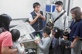 黃國峰青農向遊客介紹冷泉米加工及包裝