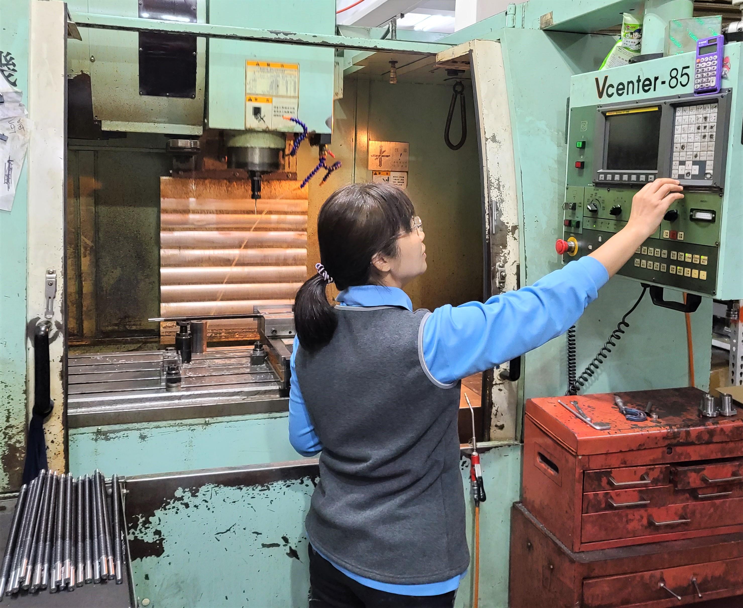 除了經營管理外,佳妤還實際參與生產操作