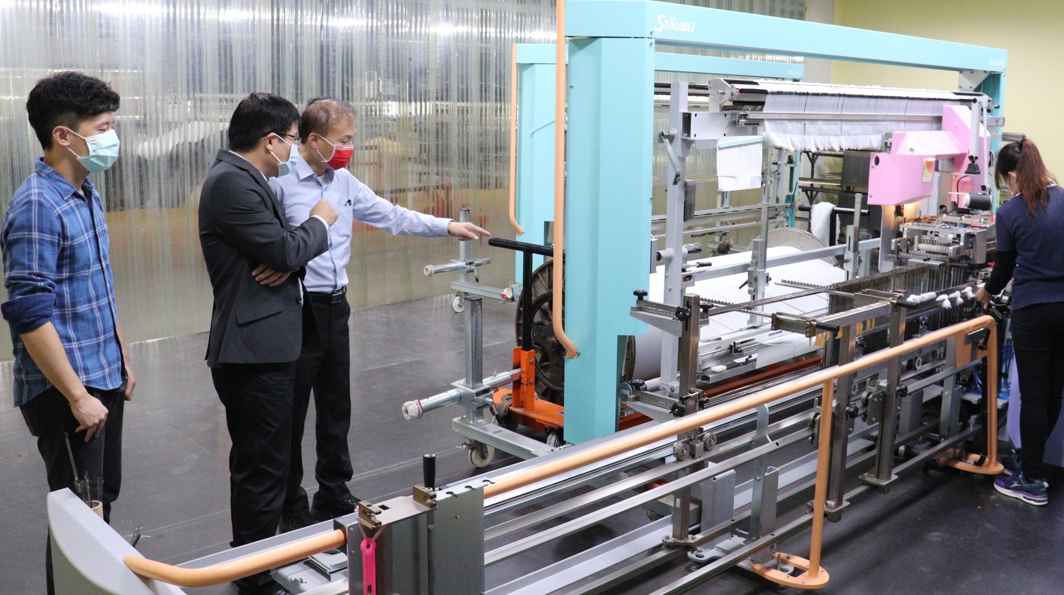 ▲東纖引進自動穿綜設備,減輕中高齡工作負擔