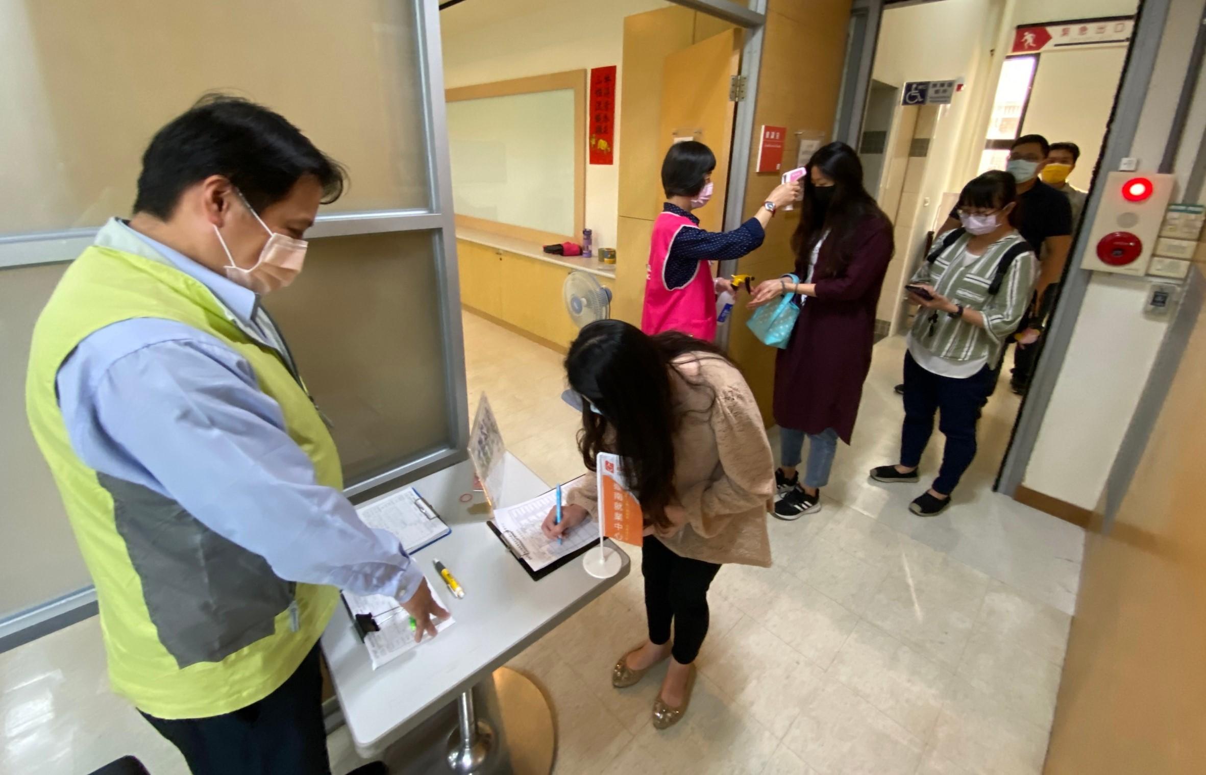 雲嘉南分署配合中央防疫,民眾求職需戴口罩、量體溫,更鼓勵民眾上台灣就業通網站投履歷線上應徵